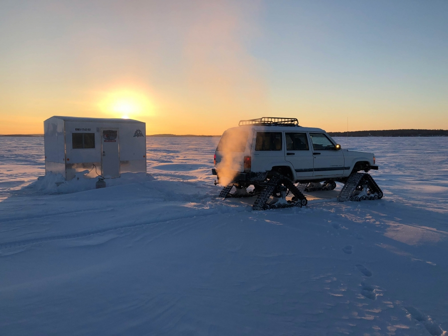 Lake kabetogama ice house rentals at voyaguer park lodge for Ice fishing rentals mn